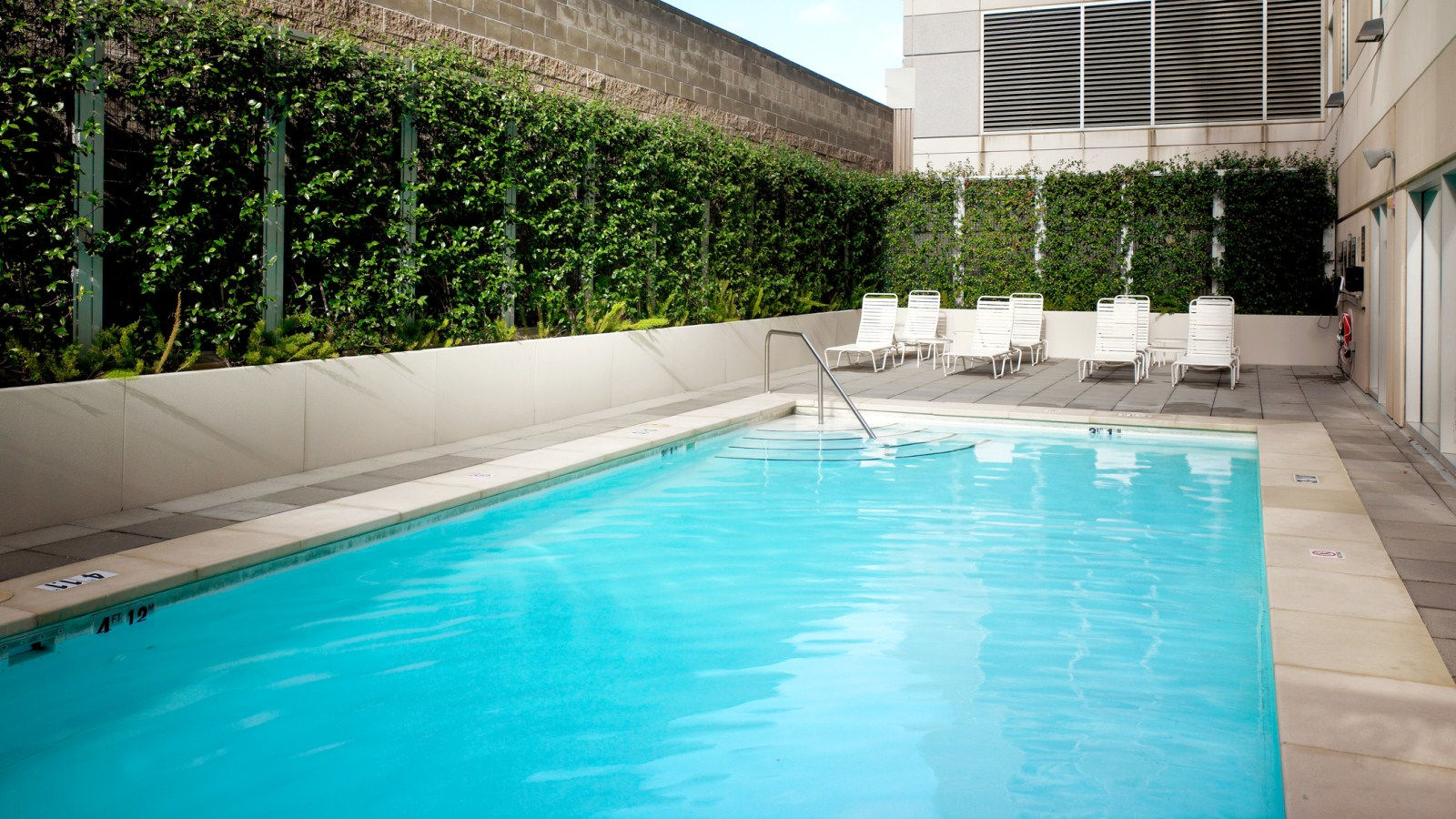 Sacramento Hotel Features - Outdoor Pool